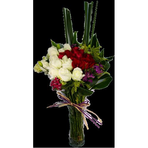 red and white roses arrange in a clear glass vase pak tak flower co ltd. Black Bedroom Furniture Sets. Home Design Ideas